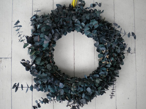 How to Make a Holiday Eucalyptus Wreath (Video)